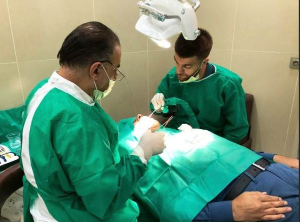 دکتر سید محسنی در حال عمل کاشت دندان